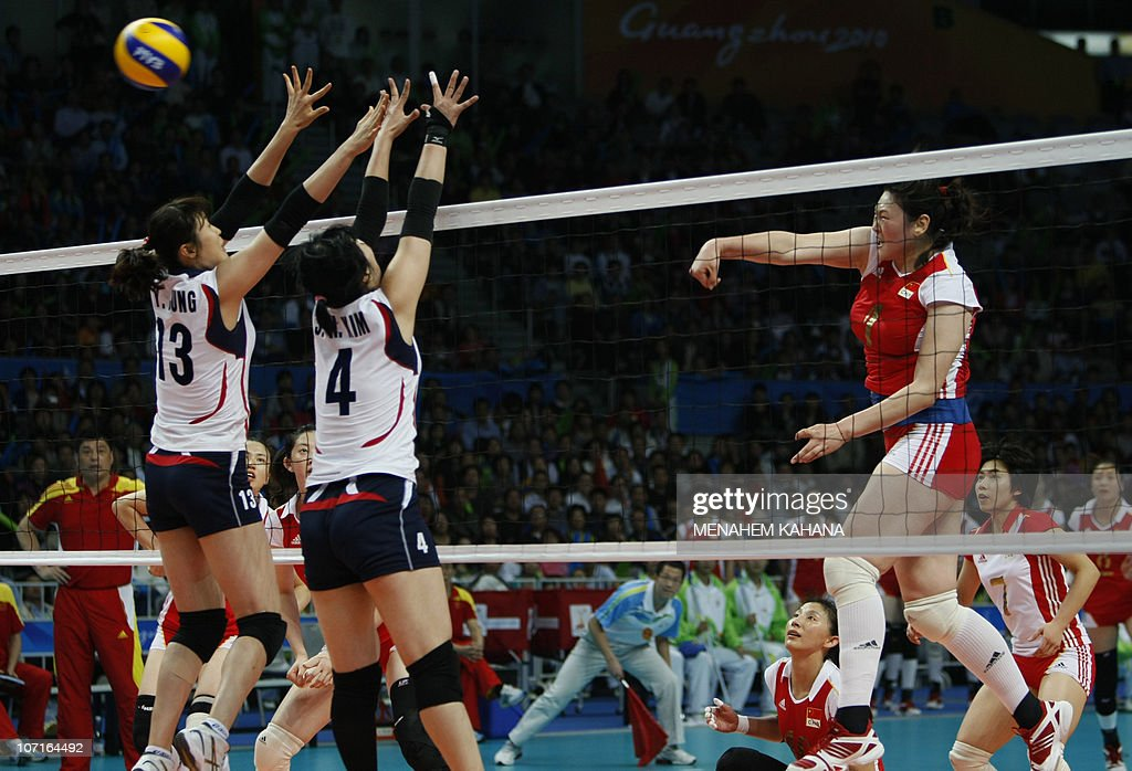 Wang Yimei (R) of China spikes the ball : News Photo