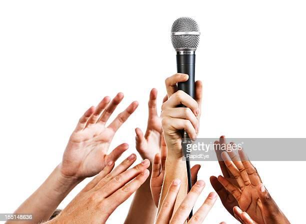 quero ser um idol: muitas mãos segurando um microfone - grupo médio de pessoas - fotografias e filmes do acervo