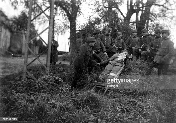 War 19141918 German Wounded helped by French Aisne on 1914 BRA100961