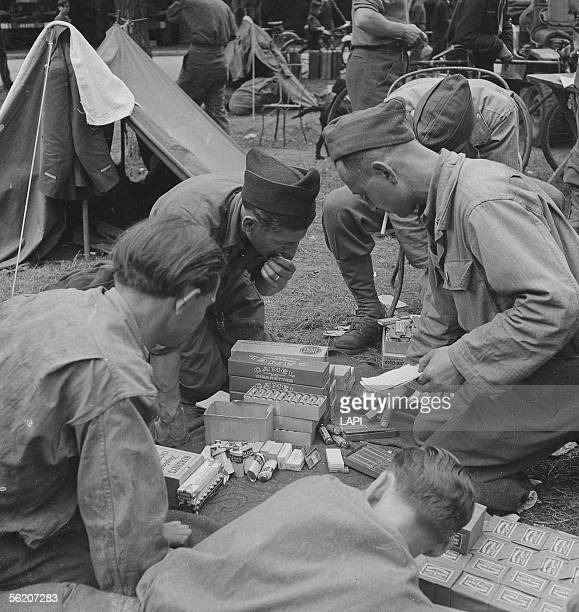 War 19391945 Liberation of Paris Soldiers of the 2nd AD with the wood of Boulogne Sharing tobacco chewinggum chocolate tooth powder etc August 1944