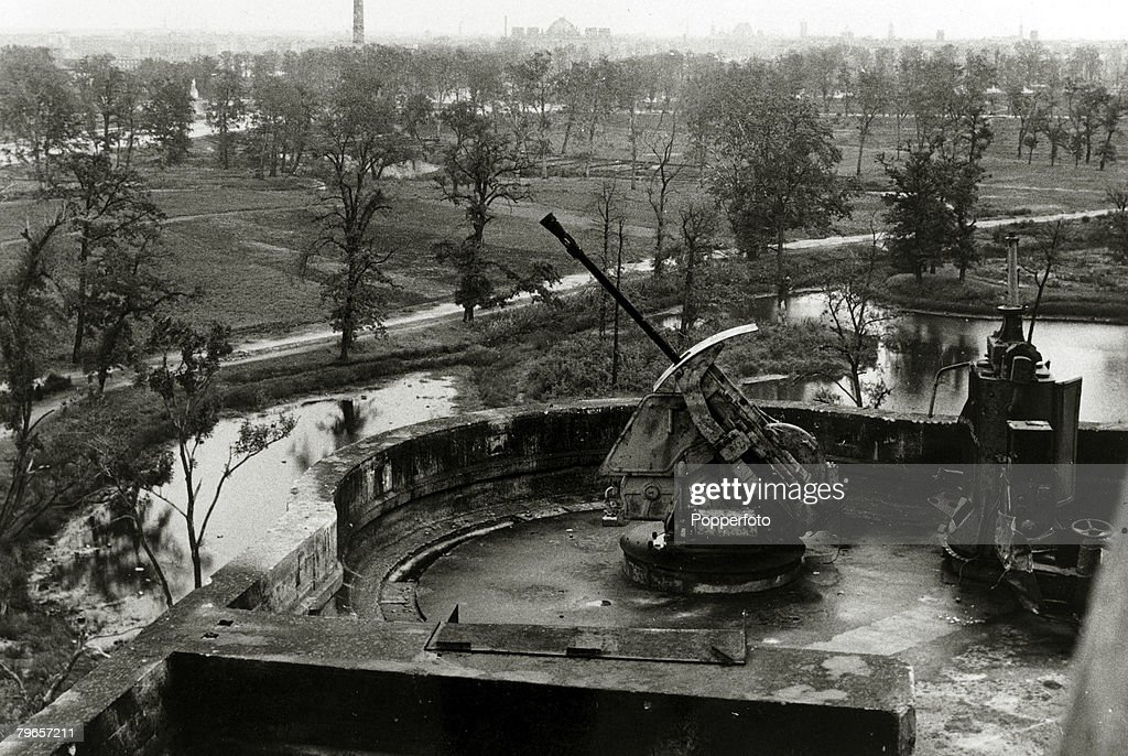 War and Conflict, Germany, pic: circa 1946, The derelict flak tower in the Tiergarten in Berlin which was used in World War Two as an anti aircraft gun position : Nieuwsfoto's