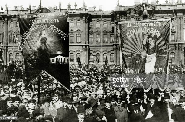 War and Conflict, Russian Revolution, pic:1917, A Bolshevist crowd demonstrating in the square before the Winter Palace in Petrograd