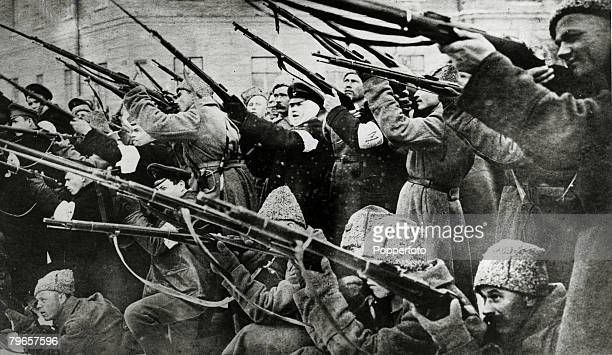 War and Conflict, Russian Revolution, pic:1917, Bolshevist soldiers and students firing in the Nevski Prospekt in Petrograd, during the battle...