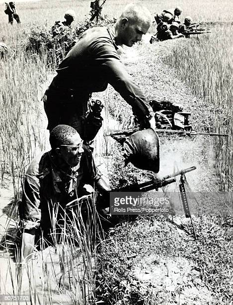 War and Conflict, The Vietnam War, Quang Ngai, South Vietnam, pic: December 1966, An American soldier pours cold rice paddy water over a hot M-60...