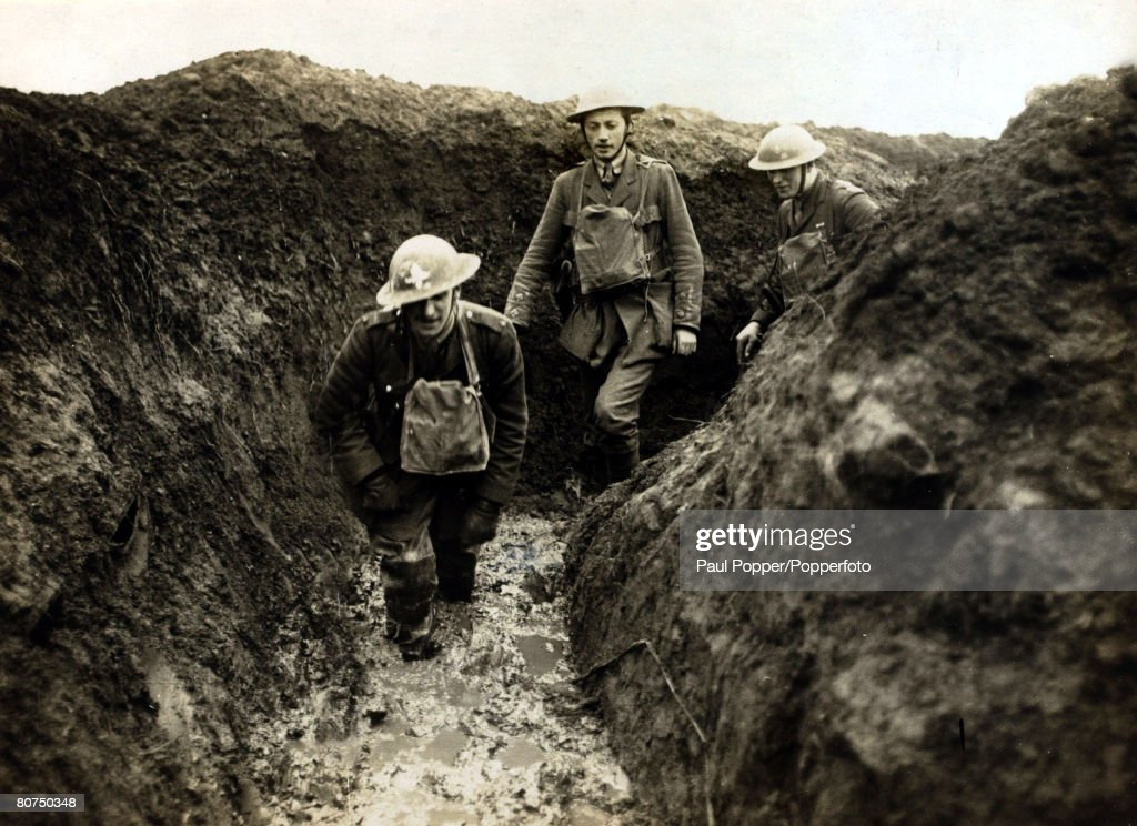 War and Conflict, World War I, 1914-1918, France, British Military, British officers wading through the slush in the front line trenches near St, Quentin
