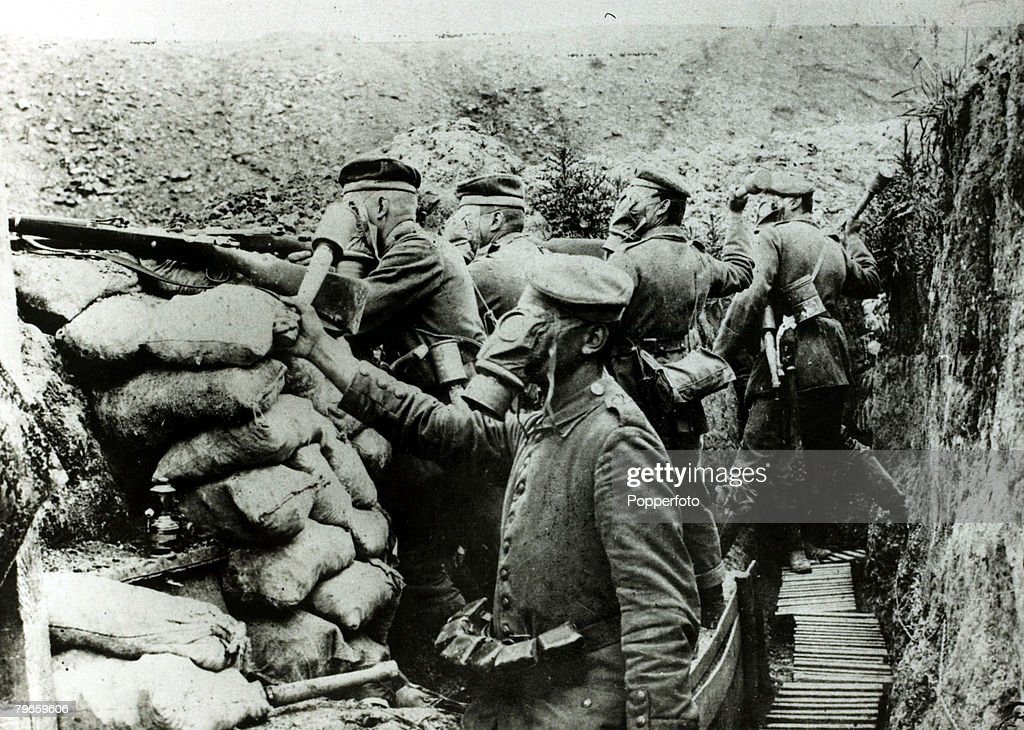 War and Conflict, World War I, (1914-1918), Battle of the Somme, France, 1916, German soldiers preparing to throw hand-grenades from a trench near Chemin Des Dames : News Photo