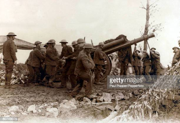 War and Conflict World War I British artillery crew with their gun in France