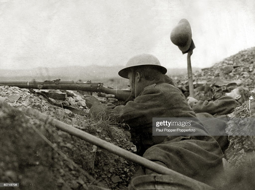 War and Conflict World War I. (1914-1918) Greece. A British soldier takes aim as a colleague tries to draw fire from a Bulgarian position at Salonika. : ニュース写真