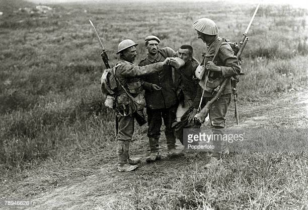 War and Conflict, World War I, pic: 3rd July 1916, Battle of the Somme, France, British troops giving a drink to a wounded German soldier