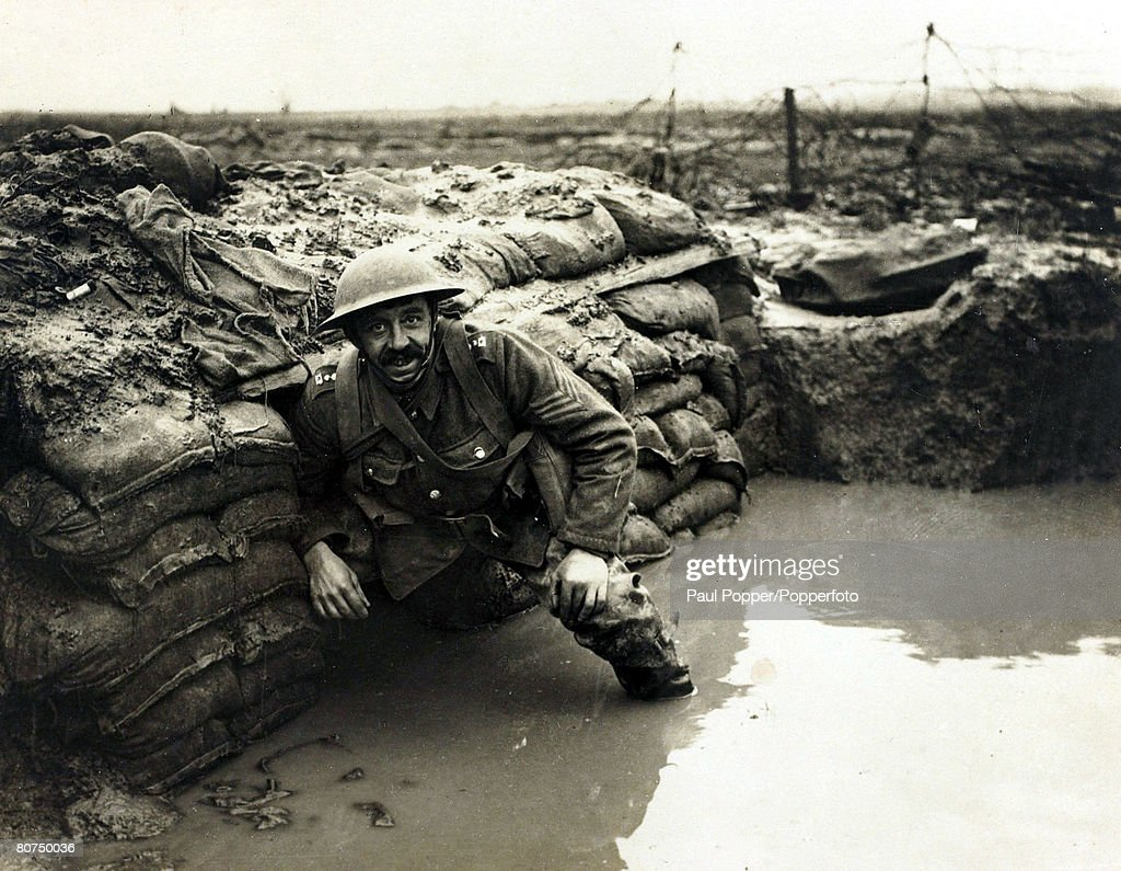War and Conflict World War I. (1914-1918) Western Front. pic: January 1917. A British soldier in a flooded dug-out in a front line trench near Ploegsteert Wood, Flanders. : Photo d'actualité