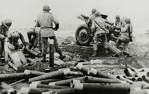 War and Conflict World War Two Far East pic June 1943 American soldiers usinf a field piece against Japanese forces in the Attu Ridges Aleutian...