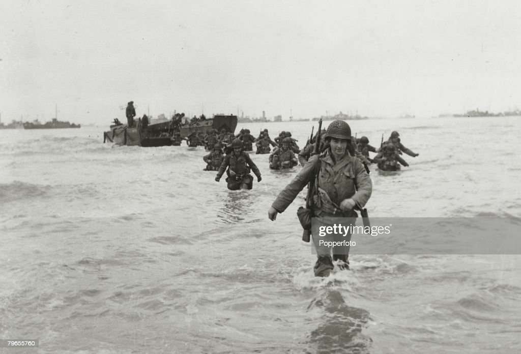 War and Conflict, World War Two, (D-Day), Invasion of France, pic: June 1944, American troop reinforcements wade ashore from landing craft on to the Normandy beaches : Foto jornalística