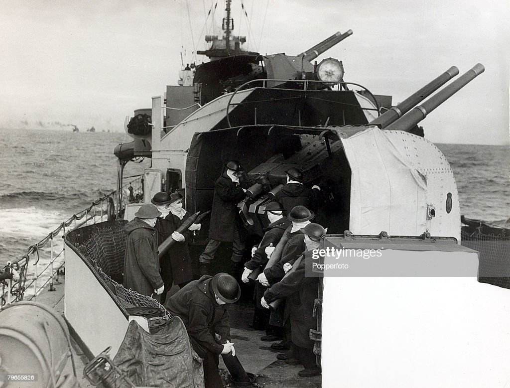 War and Conflict, World War Two, Sea War, pic: 1942, Men manning a 4 inch gun on board a British destroyer, The men all wear full anti-flash kit as the ammunition is passed through the steel deck from the magazine, The front of the picture shows the censo : News Photo