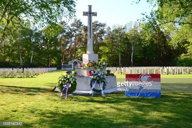 戦争墓地。 - 戦争記念碑 ストックフォトと画像