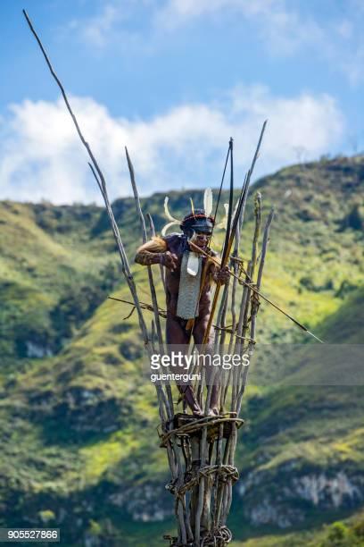 Jefe de la tribu Dani en una atalaya, West Papua