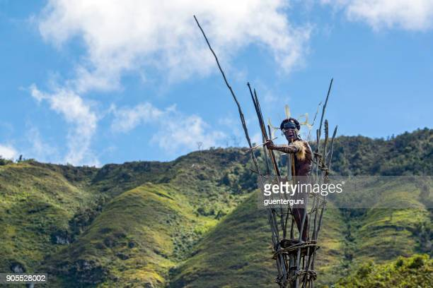 war chief of the dani tribe on a watchtower, west-papua - astuccio penico foto e immagini stock