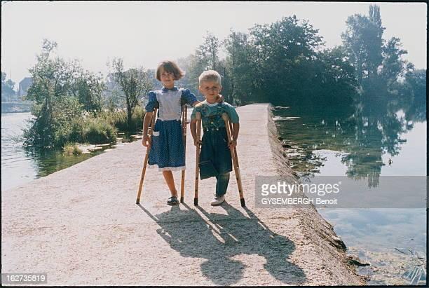 Martyr Children Of Bihac BosnieHerzégovine Août 1995 Les enfants victimes de la guerre Sanja 7 ans serbeorthodoxe et Aladin 4 ans musulman posant...