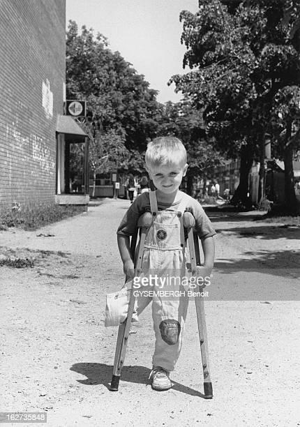 Martyr Children Of Bihac BosnieHerzégovine Août 1995 Les enfants victimes de la guerre Aladin 4 ans musulman a perdu une jambe lors du siège de...