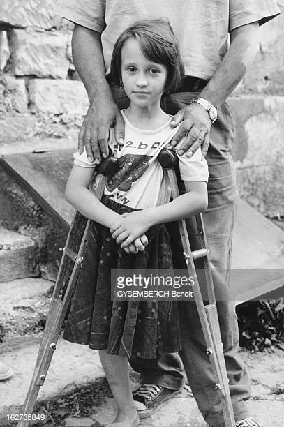 Martyr Children Of Bihac BosnieHerzégovine Août 1995 Les enfants victimes de la guerre Sanja 7 ans serbe orthodoxe a perdu une jambe lors du siège de...