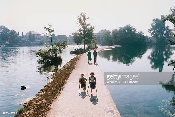 Martyr Children Of Bihac BosnieHerzégovine Août 1995 Les enfants victimes de la guerre Sanja 7 ans serbe orthodoxe et Aladin 4 ans musulman ont...