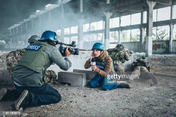 periodistas de guerra en la zona de guerra - guerra fotografías e imágenes de stock