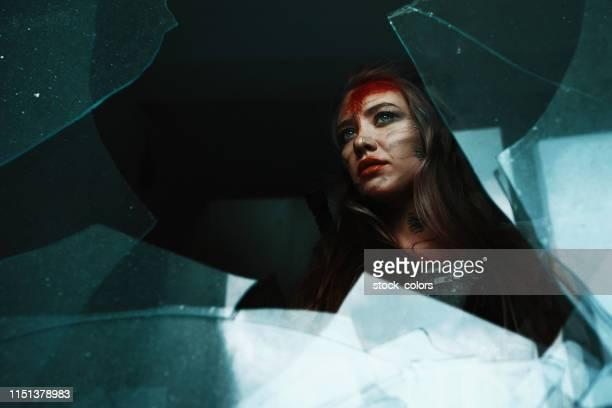 war makes her stronger - mulher fatal imagens e fotografias de stock