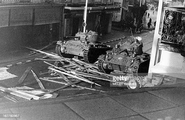 War Of Algeria Affrontements lors de la visite du général DE GAULLE à Alger en décembre 1960 Des chars français défoncent les barricades érigées par...