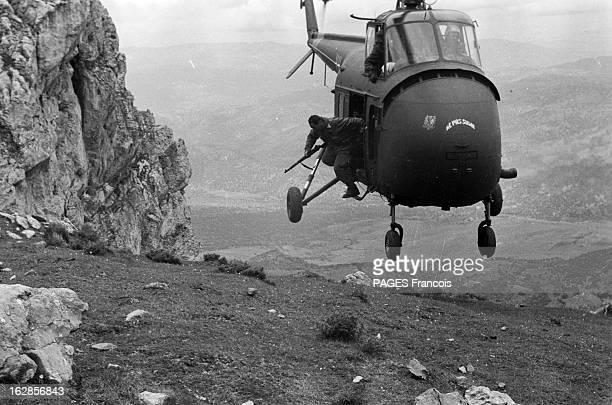 French Forces Operations In Aures Algérie Avril 1956 près de Tébessa les paras sautent de l'hélicoptère près du sol