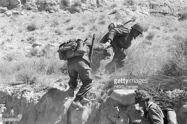 French Forces Operations In Aures Algérie Avril 1956 dans la montagne des militaires français paquetage sur le dos