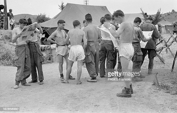 Palestro Massacre Le 23 mai 1956 des soldats torse nu lisent le journal dans une base militaire près de Palestro en GrandeKabylie où des soldats...