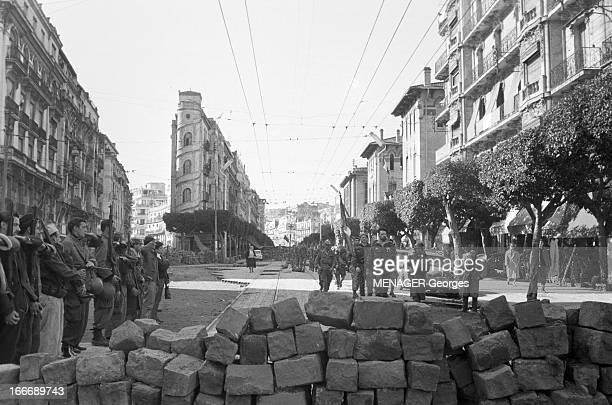 The Barricades Alger 2 février 1960 Les émeutes d'Alger ici rue Charles Peguy reddition du camp retranché des insurgés Pierre Lagaillarde suivi du...
