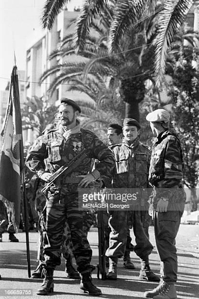 The Barricades Alger 2 février 1960 Les émeutes d'Alger Pierre Lagaillarde et le capitaine Guy Forzi tous deux en uniforme et béret aux côtés de...