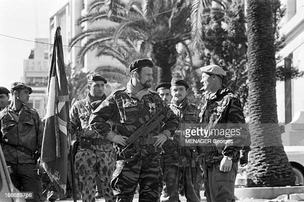The Barricades Alger 2 février 1960 Les émeutes d'Alger Pierre Lagaillarde discute avec le capitaine Guy Forzi tous deux en uniforme et béret aux...