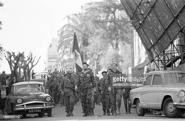 The Barricades Alger 2 février 1960 Les émeutes d'Alger reddition du camp retranché des insurgés Pierre Lagaillarde suivi du capitaine Guy Forzi en...