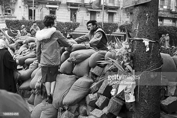 The Barricades Alger 31 janvier 1960 Les émeutes d'Alger suite à l'appel de Pierre Lagaillarde député d'Alger Joseph Ortiz patron du bar algérois le...