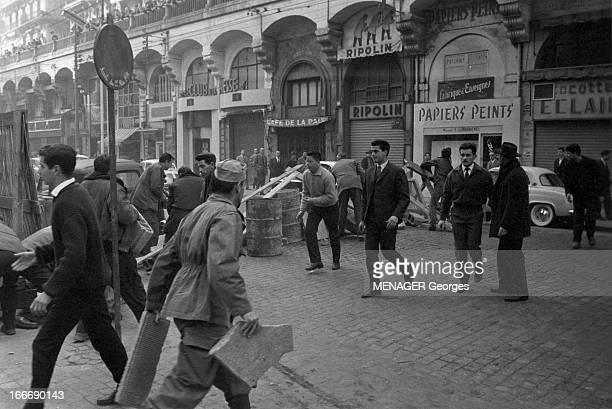 The Barricades Alger 4 janvier 2 février 1960 Les émeutes d'Alger suite à l'appel de Pierre Lagaillarde député d'Alger Joseph Ortiz patron du bar...