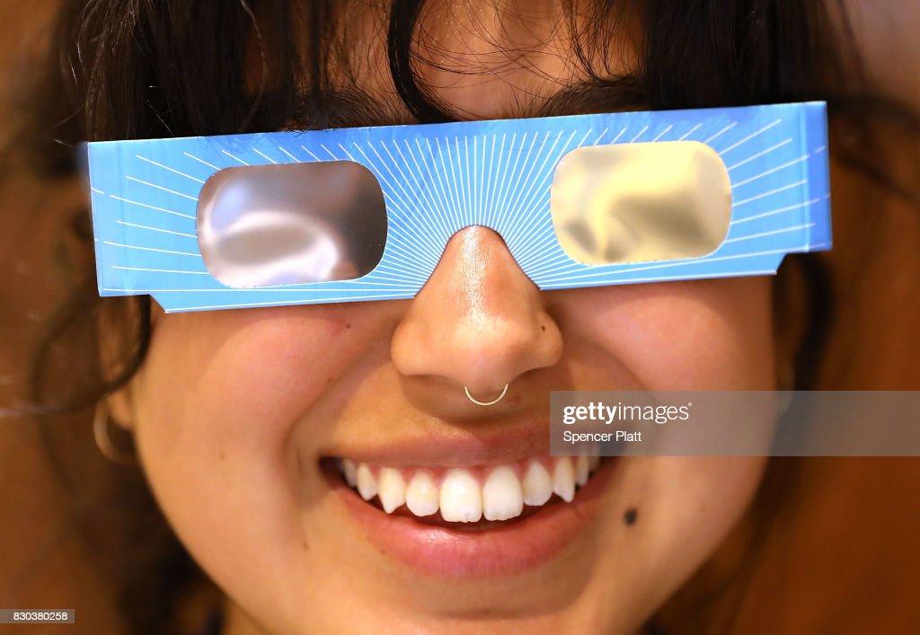 Photos et images de Eclipse Glasses, Season\'s Must Have For Upcoming ...