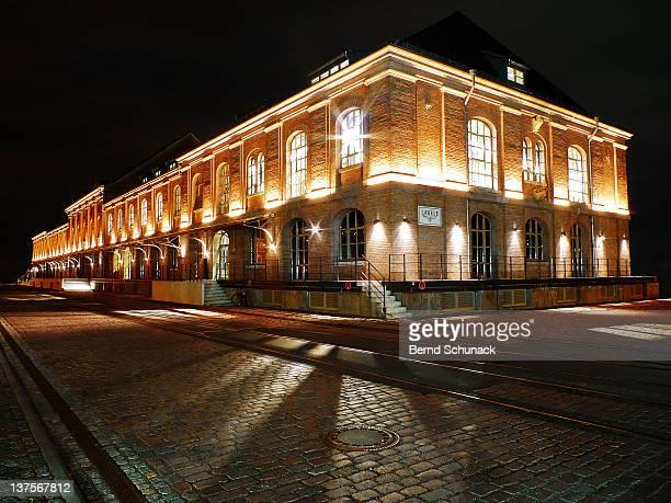 warehouse at night - bernd schunack stockfoto's en -beelden