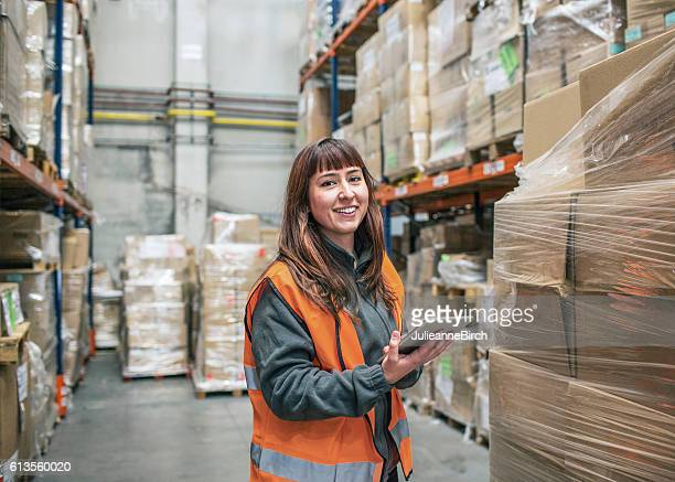 warehouse delivery check - arbeider stockfoto's en -beelden