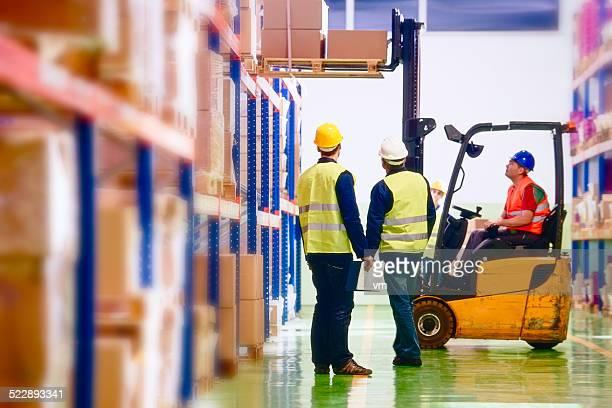 Almacén de los trabajadores de almacén de distribución
