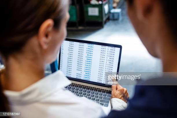 lagerchef och arbetare som verifierar lager på systemet - lista bildbanksfoton och bilder