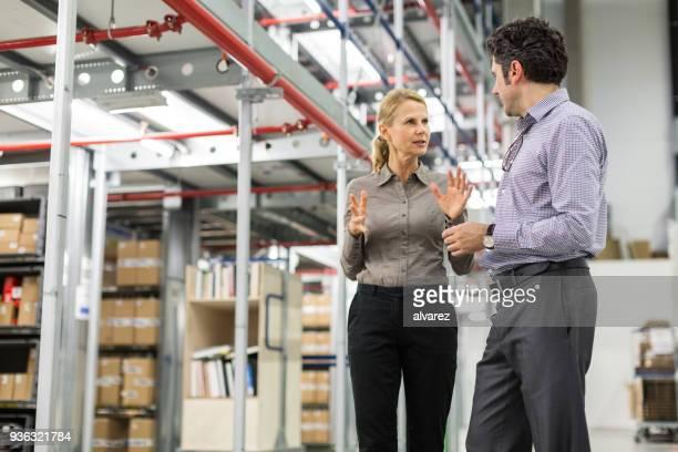 Warehouse Manager arbeiten mit Vorgesetzten diskutieren