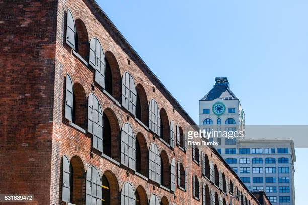 warehouse windows with clock tower - dumbo imagens e fotografias de stock
