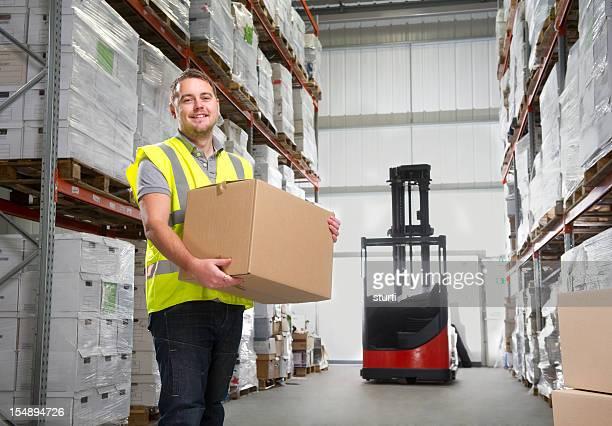Trabalhador de armazém realização de uma caixa