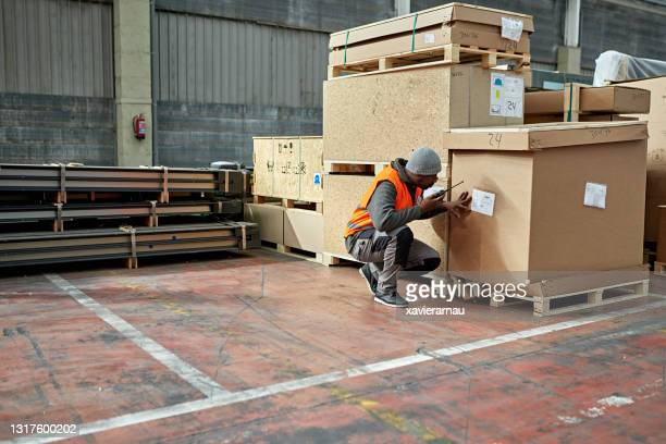 warehouse worker checking cargo label data - pallet industrial equipment stock pictures, royalty-free photos & images