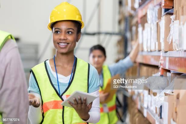 Lagerarbeiter bespricht Inventar mit co-worker