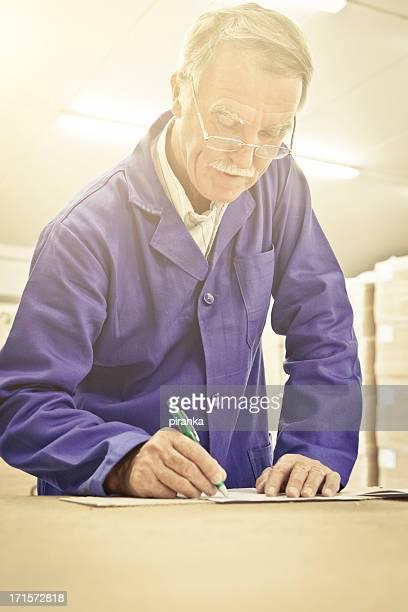 Lager Arbeiter, füllen Sie das Formular aus