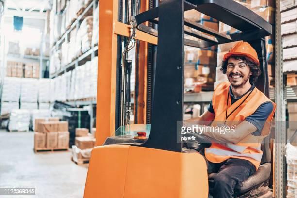 lagerarbeiter in einem gabelstapler - berufsfahrer stock-fotos und bilder