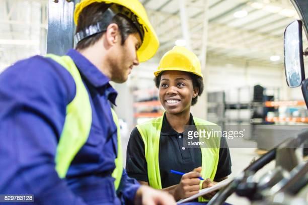 trabalhadores de armazém, discutir o cronograma de envio - motorista ocupação - fotografias e filmes do acervo