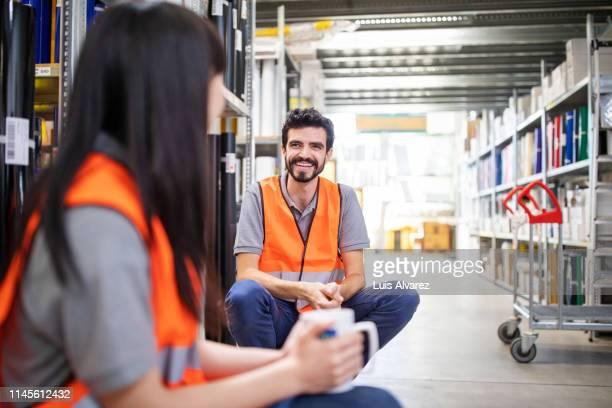 warehouse workers having a coffee break - pause machen stock-fotos und bilder